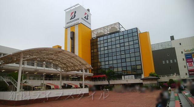 万代シティの広場とステージ