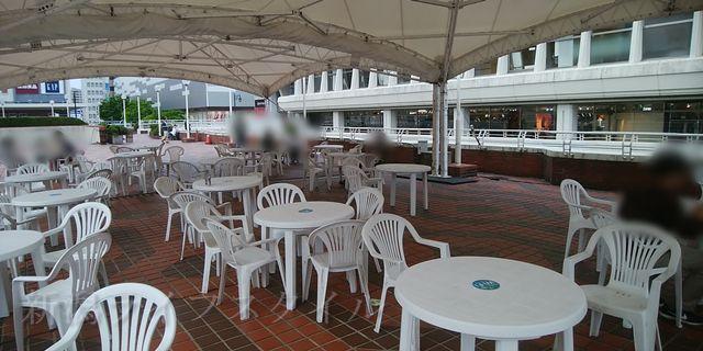 万代シティ2階広場のテーブルとイス