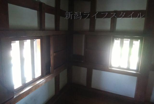 新発田城の櫓の2階の窓から光が差し込む