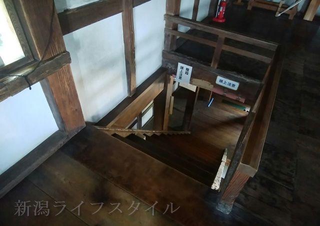 新発田城の櫓の2階から1階へ降りる階段を見下ろす