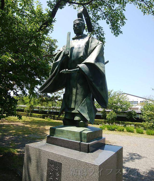 新発田城に入ってすぐの像