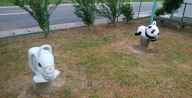 西蒲区赤鏥のドラえもん公園の遊具。象とパンダの乗り物。