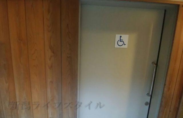 五十公野公園あやめ園の多目的トイレのドア