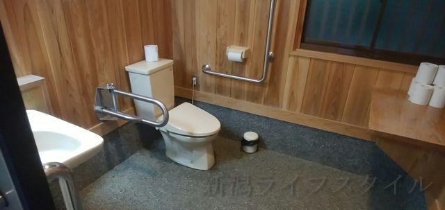 五十公野公園あやめ園の多目的トイレの中の様子