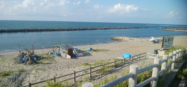 関屋浜の駐車場から海岸方面をながめた図