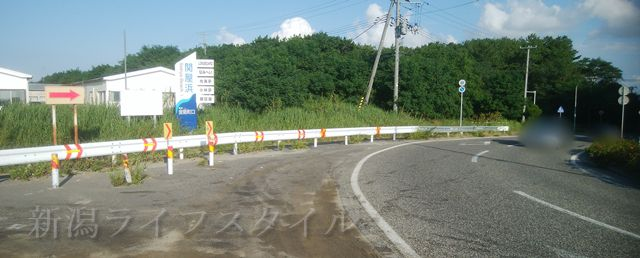 関屋浜前のカーブした道路
