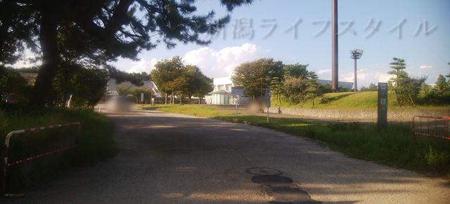 関屋浜の近くの道路。こういう通路が時折出てくる