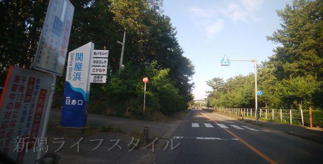関屋浜の近くの道路の、関屋浜日赤口の小さい駐車場