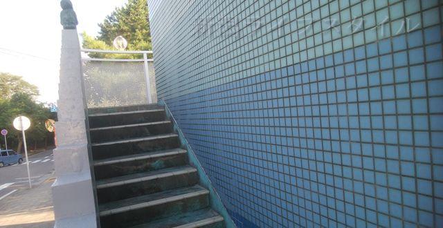 関屋浜近くの公衆トイレの階段を登る