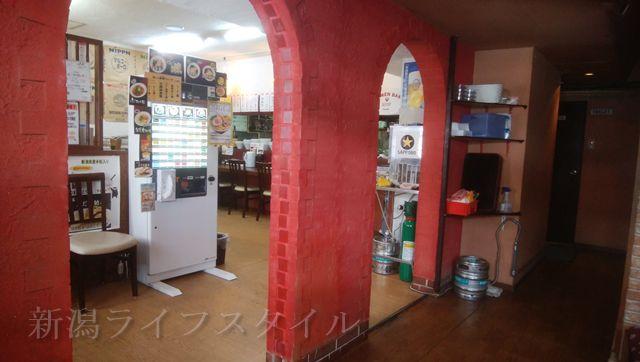 海老寿DELUXの店内。座敷から厨房方面を望む
