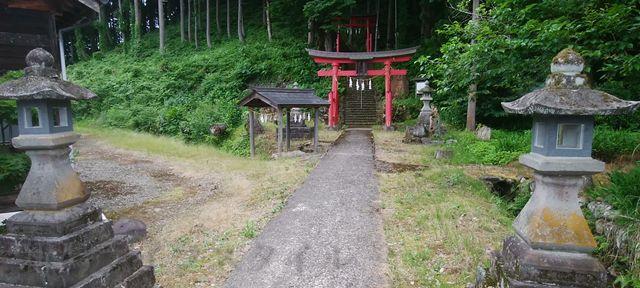 羽黒神社の鳥居の少し手前の灯篭が2本立っている所