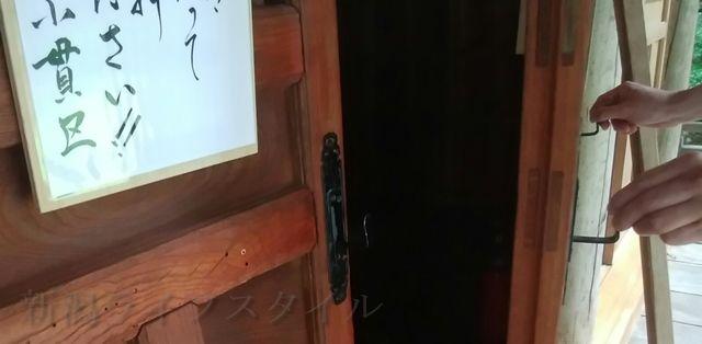 羽黒神社の社殿の扉を開ける