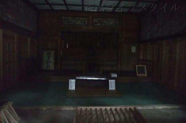 羽黒神社の社殿の中。薄暗い