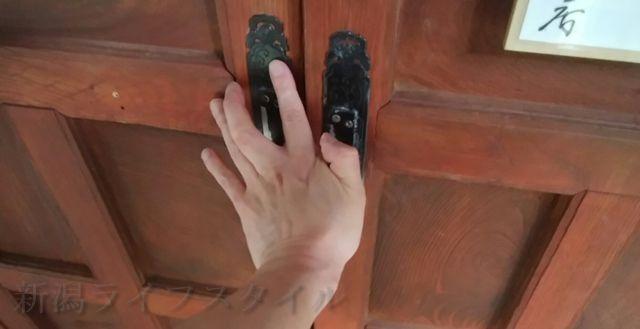 羽黒神社の社殿から出て扉を閉める