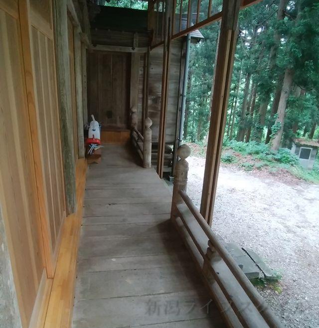 羽黒神社の社殿の扉前を右方向に行き、左に曲がった図