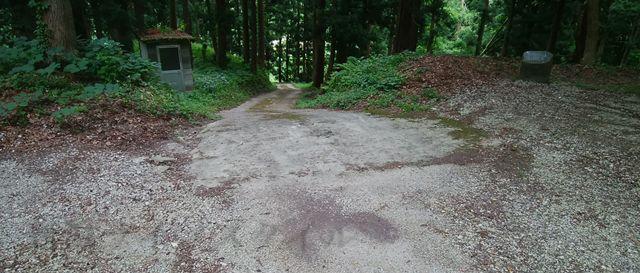 羽黒神社の社殿の右側から地面に降りたばかりの風景