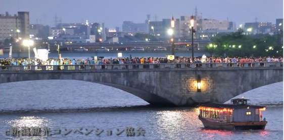 新潟まつりの民謡流しで万代を渡る多くの人を遠くの横から撮影した写真