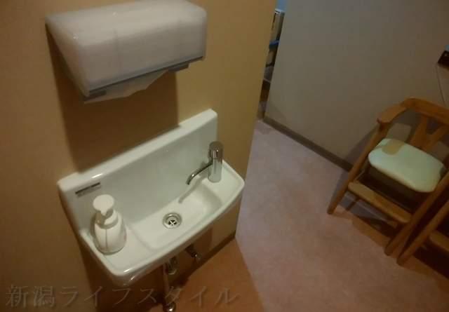 東華楼のトイレ出たところにある手洗い場