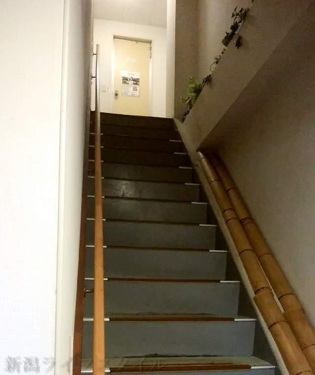 滋魂の2階のトイレへ向かう階段
