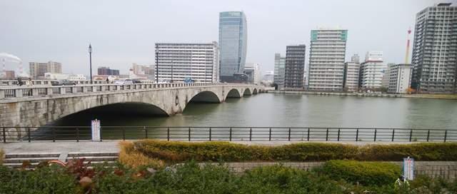 ホテルオークラ玄関前から見た萬代橋アップ