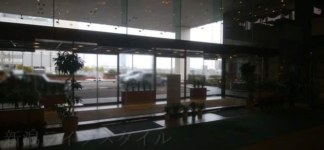 ホテルオークラのロビーから入り口方向を望んだ図