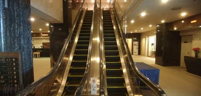 ホテルオークラ1階のエスカレーター