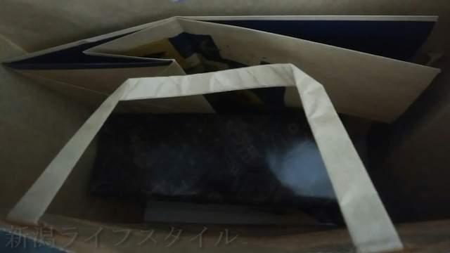 カルディコーヒーファームアピタ新潟西店のギフト袋の中を覗いた図