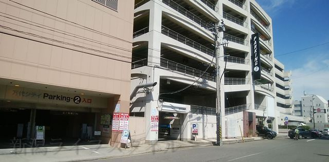 万代シティ第2駐車場の外観を正面より少し斜めから撮った図