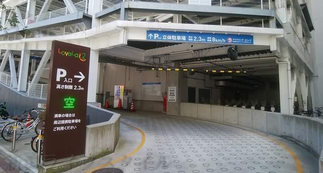 ラブラ万代2駐車場の入り口を斜めから撮った図