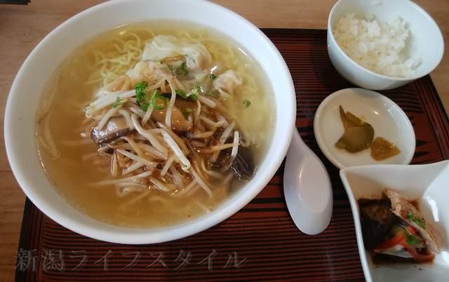 萬福食堂の海老ワンタン麺もやしXO醤炒め添え
