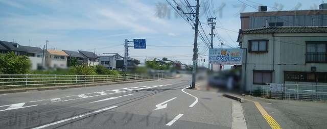 おばちゃんの店の近くのセブンイレブン山二ツ店の前から右を見た図