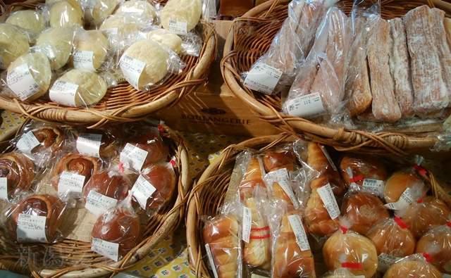 ボーレウオロク新津店の陳列棚のパンその1