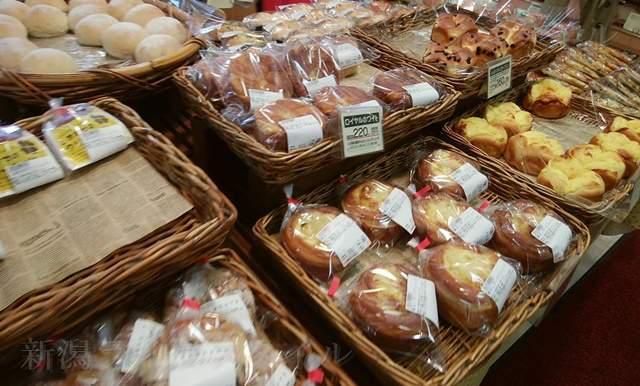 ボーレウオロク新津店の陳列棚のパンその2