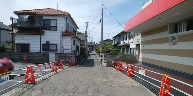 ツルハドラッグ小針西店の店前を横に走る小道