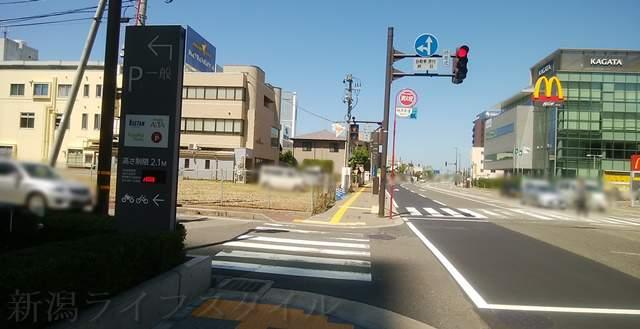 メディアシップ駐車場前の道路の風景
