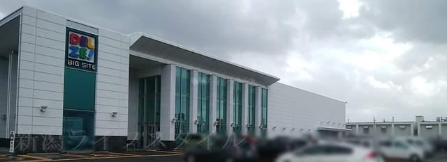 松壱家があるデルゼの駐車場と建物
