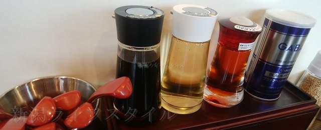 松壱家の卓上調味料。醤油、酢、ラー油、胡椒
