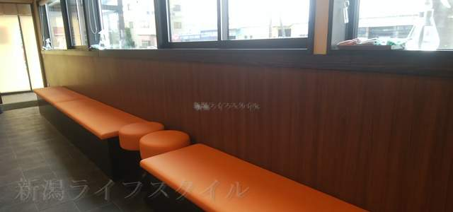 松壱家のカウンターの後ろ一帯にある待ち席
