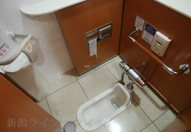 伊勢丹新潟のレストラン街のトイレの和式