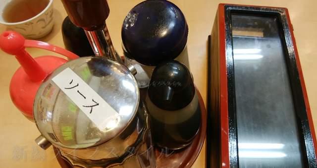 中央食堂の卓上調味料とプラ箸