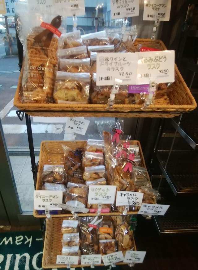 カワムラ本店の入口付近の焼き菓子