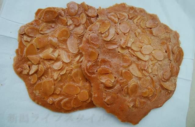 リッツのアーモンドクッキー。袋から出した状態