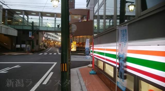 セブンイレブン花園1丁目店を入口付近から新潟駅方向に向いた図