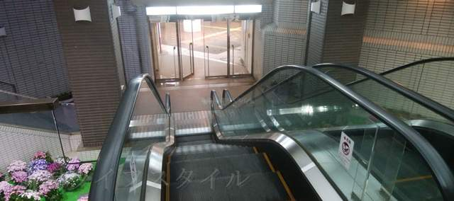 NEXT21の地下1階から西堀ローサへ降りるエスカレーター
