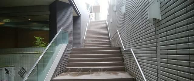 NEXT21の地下から地上へつながる階段を見上げる