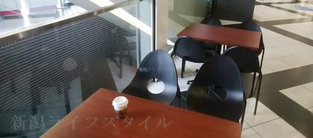 NEXT21の1Fのエスカレーター脇のテーブル
