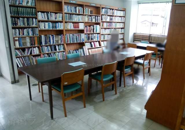 鳥屋野図書館のパソコン、読書スペース