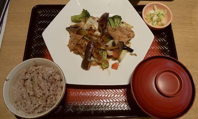 大戸屋女池店の豚バラ肉とたっぷり野菜の豆鼓炒め定食、890円。