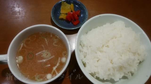 王華楼のライス。スープと漬物付き