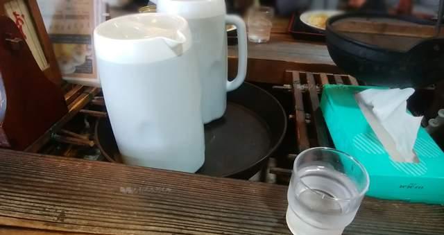 ポンポ子の大テーブル中央のお冷